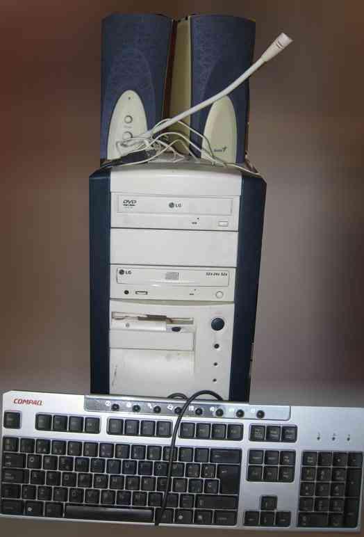 Ordenador(cpu), altavoces, microfono y teclado