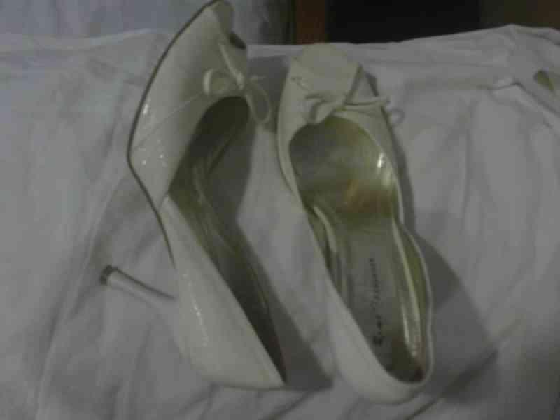 Zapatos tacon crema