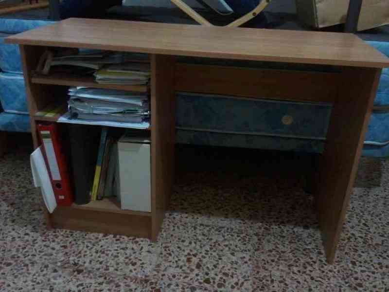 Mesa para ordenador entergado a chaflo
