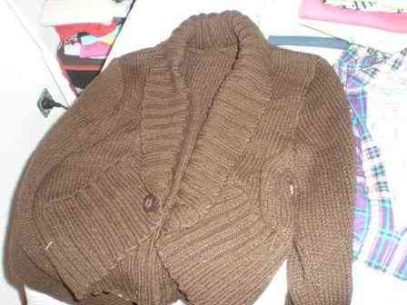 Torera de lana marrón.