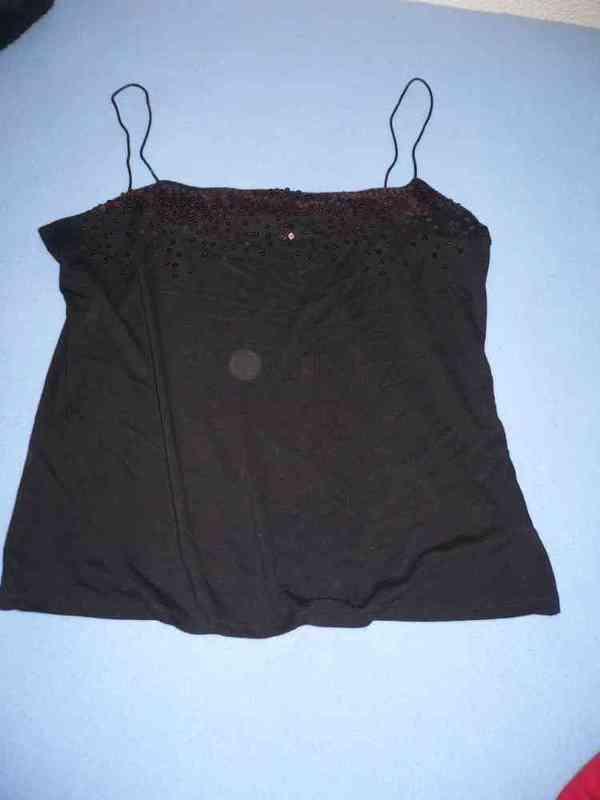 Camiseta negra tirantes y lentejuelas