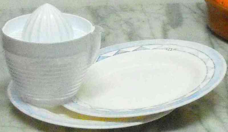 2 platos y un exprimidor manual