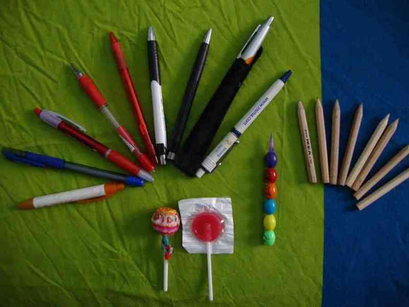 Muchos bolígrafos y lápices