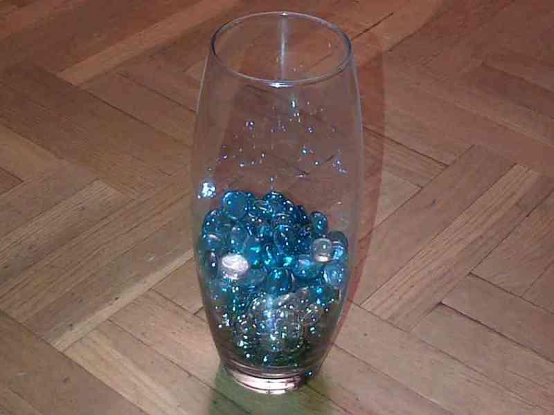 Jarrón con piedras de cristal