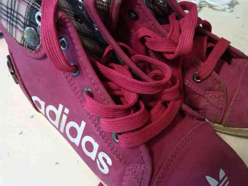 Zapatillas altas imitación adidas (cáritas).