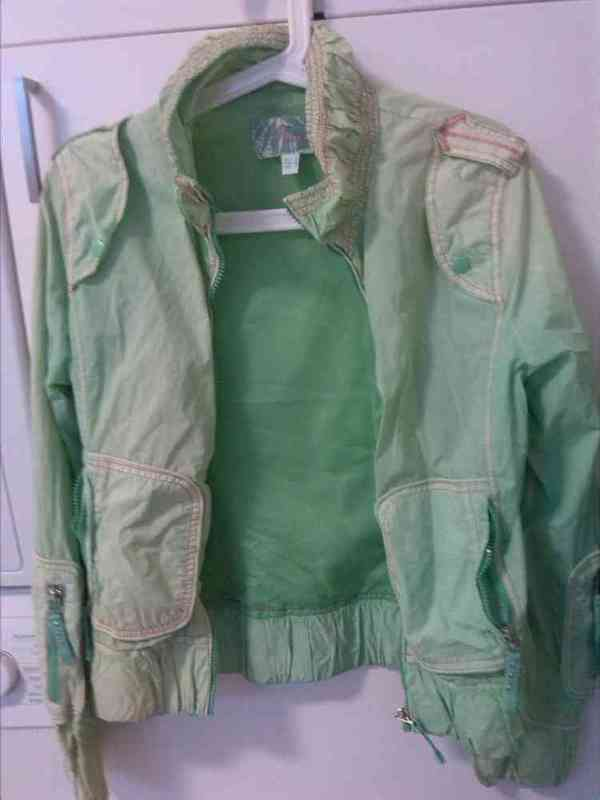 Cazadora fina verde.