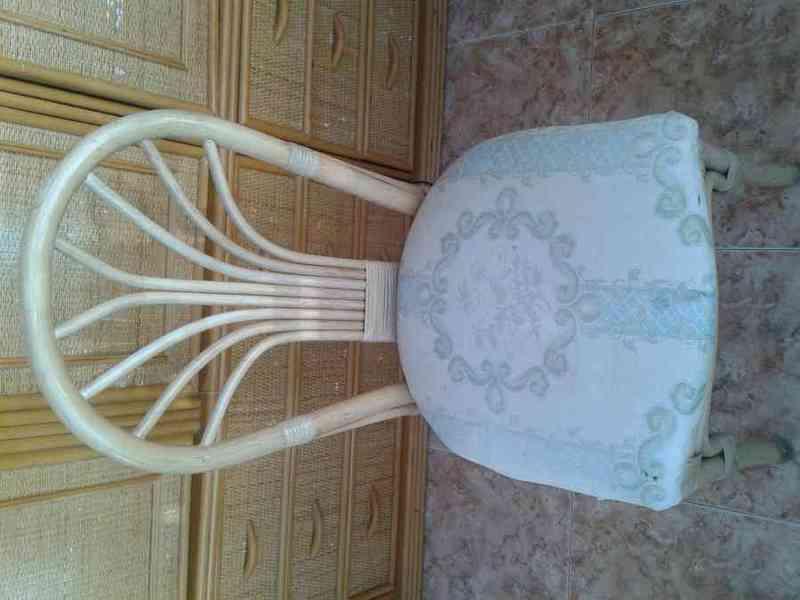 Dos sillas de bambú