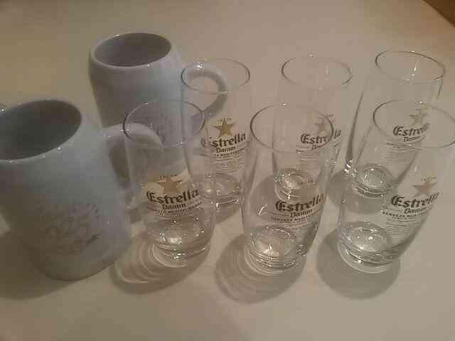 Juego de sies vasos y dos jarras de cerveza