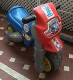 Regalo una moto infantil correpasillos