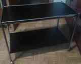 mesa negra con ruedas