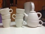 Tazas de café solo y tetera de una taza