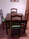 Mesa de comedor cuadrada y cuatro sillas