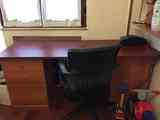 Mesa escritorio y silla goratoria