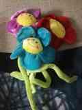 Tres flores de peluche