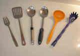 Distintos útiles de cocina con mango largo (acero inoxidable y plástico)