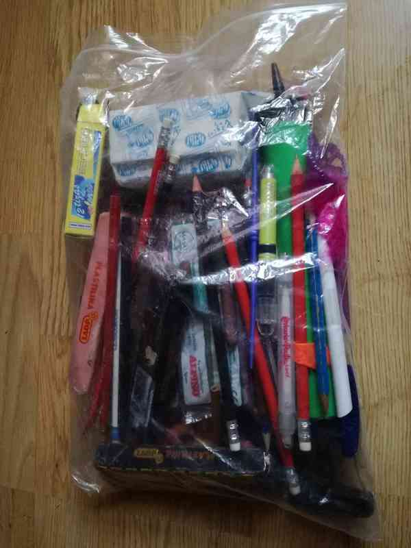 material manualidades: plastilina, bolis, lápices, tizas, pinturas cera etc