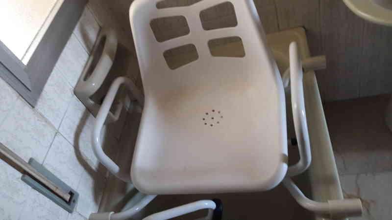 Silla adaptable a bañera para personas mayores