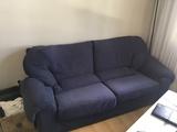Sofa azul algo viejo