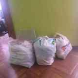 Tres bolsas con ropa y miscelánea