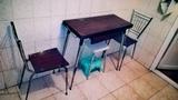 Mesa y dos sillas de cocina