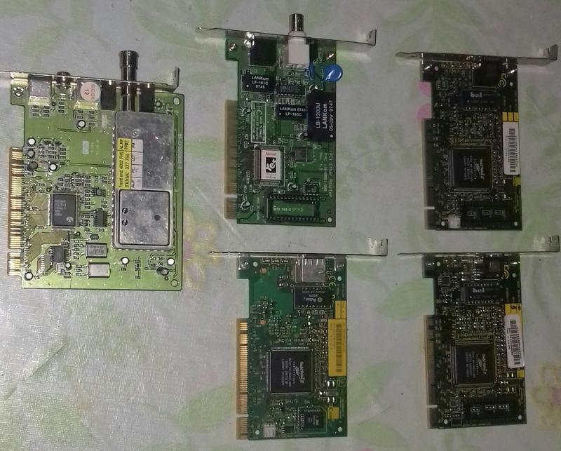 Cinco tarjetas de ordenador de sobremesa.