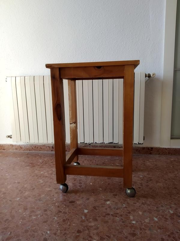 Mesa alta con ruedas
