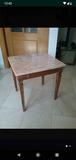 Mesita de mármol y madera