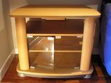 Mesa-estantería baja con puertas frontales de vidrio