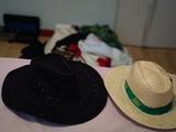 2 sombreros y lote ropa chica talla S Pequeña