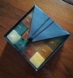 Regalo caja de 16 velas cuadradas.
