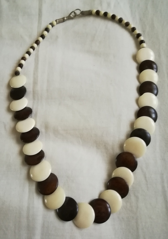 Regalo collar de piedras planas marrones y blancas. (Karly)