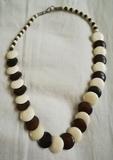 Regalo collar de piedras planas marrones y blancas. (Karly)