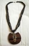 Regalo collar negro con colgante de madera. (Karly)