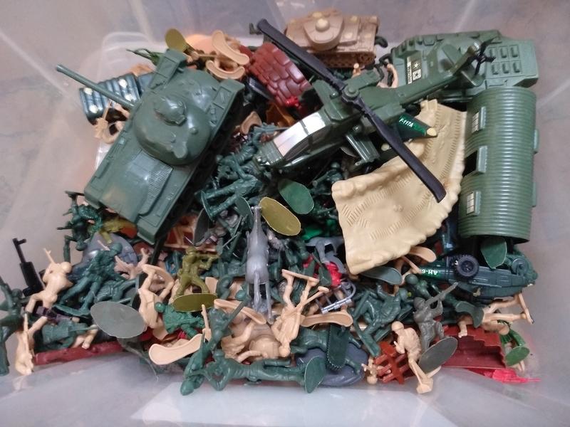 Se regala caja con mucha soldados de juguetes.