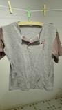 Camiseta niñ@s gris con rayitas rojas Talla 12