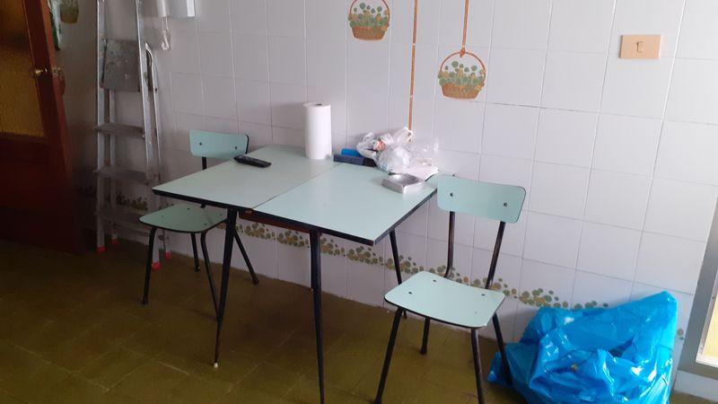 Mesa y 2 sillas de cocina