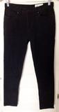 Pantalón de color negro talla W28/L30 (a ismeldatdavila)