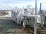 Se regala lote de sillas de plástico robustas y varias mesas redondas