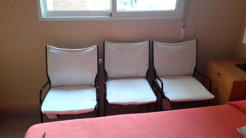 3 sillas de estructura metálica y asiento y respaldo de tela