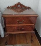 Dos mesillas de madera antigua. A juego con cama, tocador y armario