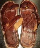 Sandalias de cuero con suela de caucho.