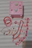 Joyero con joyas de juguete