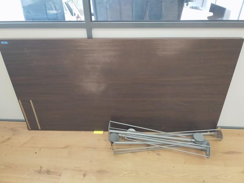 Mesa de IKEA con patas con ruedas