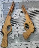 Pistolas de madera originales de adorno.