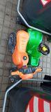 Moto y coche para niño junto al contenedor