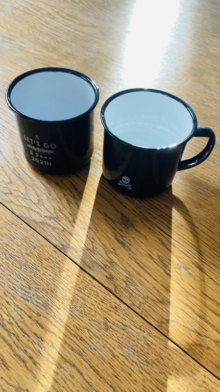 Dos tazas metálicas