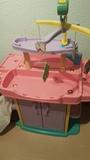 Cambiador con armario, trona y bañera de juguete.