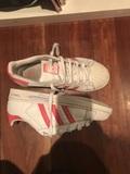 Adidas súper star con una marca de boli lateral interior