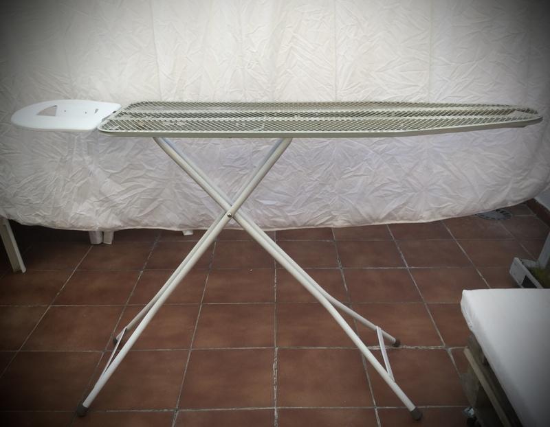 TABLA DE PLANCHAR DE METAL GRIS Y BLANCA