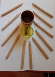 Dos cilindros de lápices de colores
